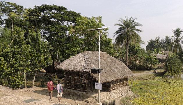 Una de las farolas solares instaladas.