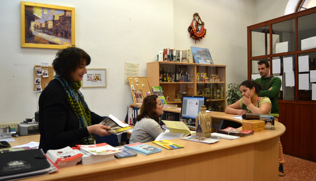 La edil Mariví Sevilla y la técnico María Gurpegui en la oficina de Desarrollo Local de Lodosa
