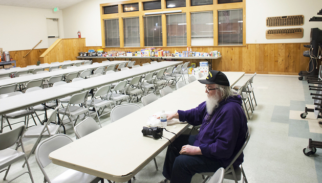 El voluntario de la Cruz Roja, Larry Taylor, se toma un descanso en el Centro Comunitario de Darrington