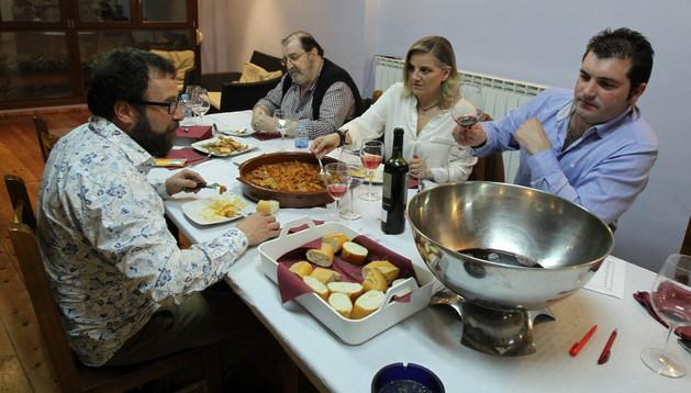 EL JURADO De izda. a dcha., Daniel Campanero, Joaquín Anadón, Eloísa Cristo y David Palacios prueban uno de los patorrillos