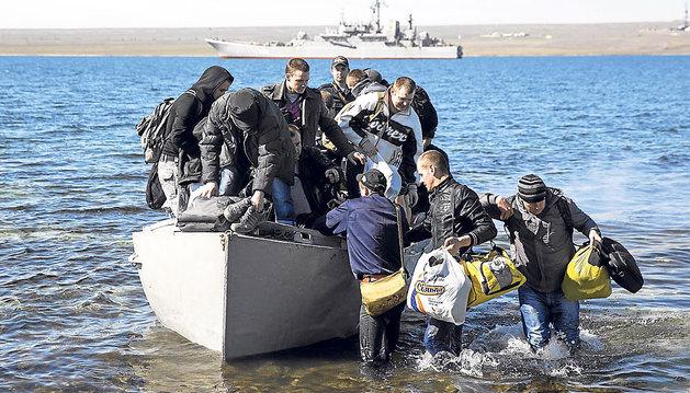 Tripulantes del barco ucraniano 'Konstantin Olshansky' llegan a tierra tras haber sido abordados por tropas rusas.