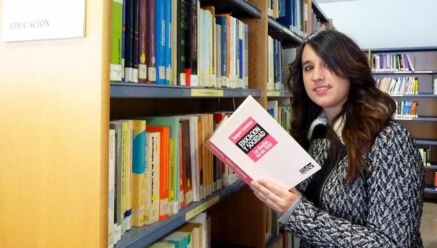 Olga Carrasco Palacios, premio al mejor expediente, ayer en la biblioteca del centro de la UNED de Pamplona