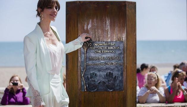 Maribel Verdú posa en el paseo marítimo Antonio Banderas de la capital malacitana