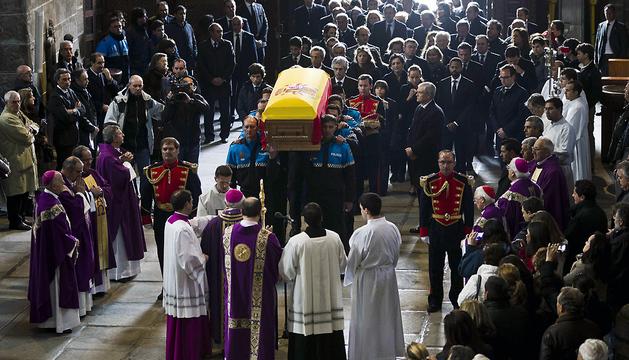 El féretro con los restos mortales del primer presidente de Gobierno de la democracia, Adolfo Suárez, a su llegada a la catedral de Ávila a hombros de agentes de la Policía Local