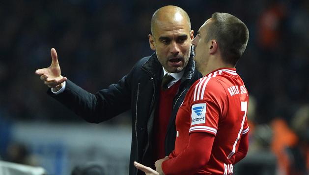 Pep Guardiola habla con Frank Ribèry durante el encuentro contra el Hertha