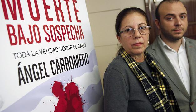 Ángel Carromero posa junto a la viuda de Oswaldo Payá, Ofelia Acevedo, durante la presentación de su libro