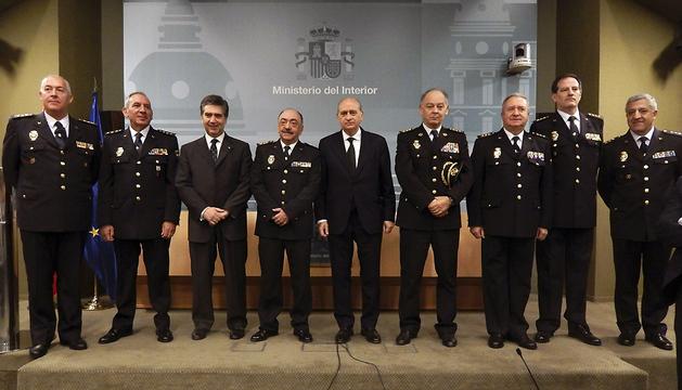 El ministro Jorge Fernández Díaz (c), y el director general de la Policía, Ignacio Cosidó (3i), durante el acto de nombramiento de seis nuevos jefes superiores del Cuerpo Nacional de Policía
