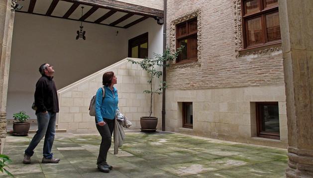 Turistas admiran el patio descubierto de la casa de cultura