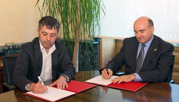 El alcalde Etxeberria, a la izquierda, y el consejero Morrás, a la derecha, firman el convenio de colaboración