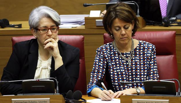 Lourdes Goicoechea y Yolanda  Barcina, en el Parlamento foral