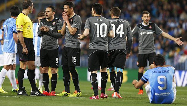 Los jugdores del Espanyol se lamentan ante el colegiado sobre una decisión tomada