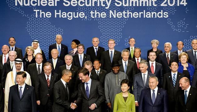 Barack Obama saluda al primer ministro holandés, Mark Rutte, en la foto de grupo