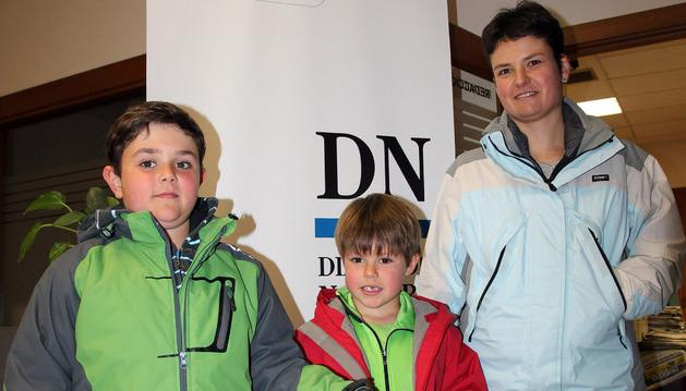 Alicia Pérez posa con sus dos hijos -de izda. a dcha.- Aitor e Íñigo Barbero