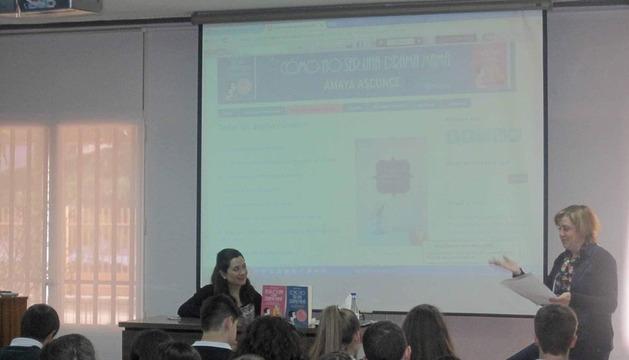 La profesora Mª José Ripoll (izda.), junto a los alumnos que participan en el concurso periodístico.