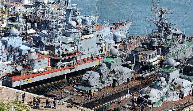 Varios buques rusos rodean a la corveta ucraniana Khmelnitsky.