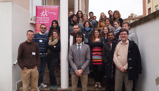 Ángel Ansa, en el centro, junto con los participantes en el curso y técnicos de Juventud.