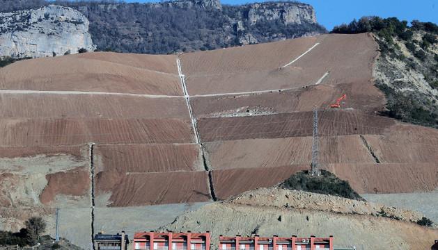 Aspecto de la urbanización El Mirador de Yesa, con la ladera dañada, detrás