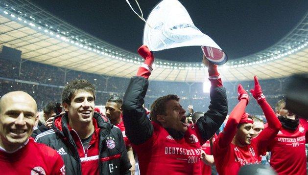 Javi Martínez celebra con sus compañeros la conquista de la Bundesliga
