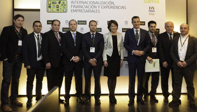 Yolanda Barcina junto a Javier Bonell, Juan Luis Vidal y Jorge Labarta de Bankia posan con representantes de la nueva Asociación de Emprendedores de la Ribera A+ y su presidente Adalberto Ríos.