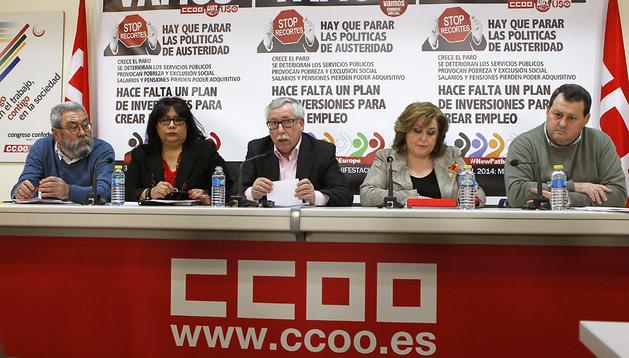 Los secretarios generales de CCOO, UGT y USO, Ignacio Fernández Toxo (centro), Cándido Méndez (izda.) y Julio Salazar (dcha.) durante la rueda de prensa