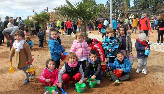 Varios niños posan en el parque del Gigantón de Cintruénigo