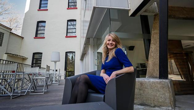 Cristina Pérez, en la terraza junto a los jardines del hotel Tximista, un establecimiento de cuatro estrellas que se abrió en el otoño del 2007