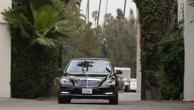 Una limusina con familiares y amigos de Michael Jagger sale del cementerio