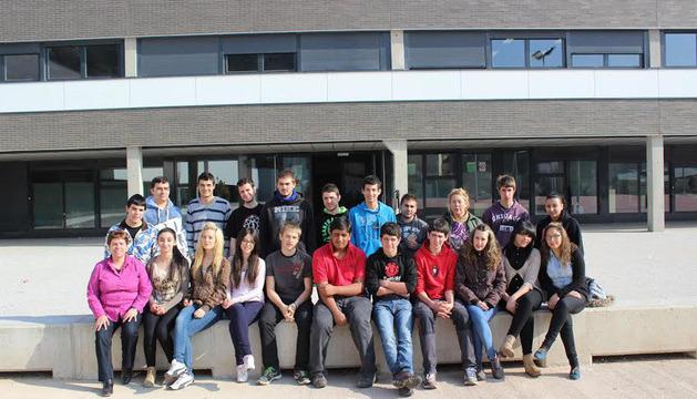 Estudiantes del IES Tierra Estella que participan en el programa de LaborESO delante del edificio del Educación Secundaria de Estella
