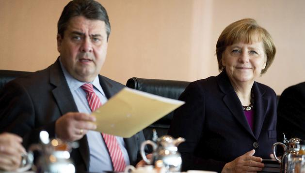 La canciller alemana, Angela Merkel (dcha.), junto al ministro de Energía, Sigmar Gabriel (izda.) durante un consejo de ministros alemán