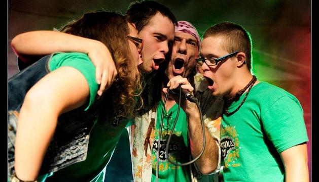 El grupo Motxila 21 en un momento de una actuación
