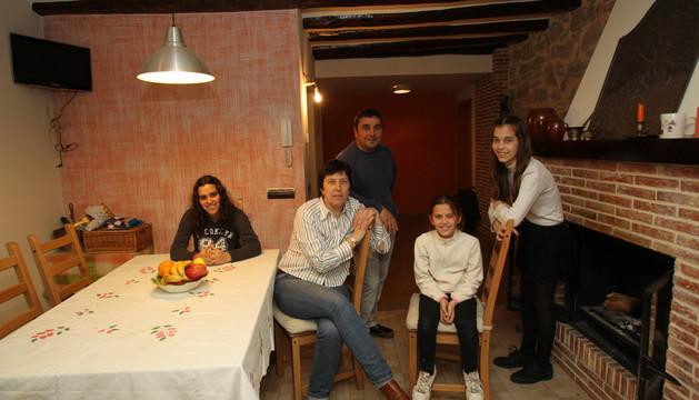 José Javier Montañés y Asun Sanz posan en su casa con sus hijas (de izda. a dcha.) Claudia, Laura y Andre