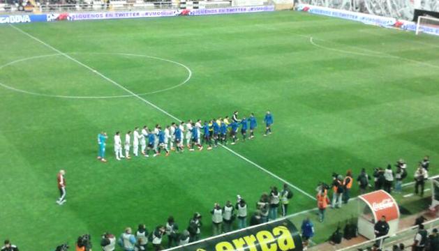 Saludo de los equipos en los momentos previos al Rayo-Osasuna