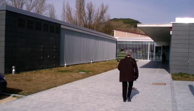 Dos personas acceden caminando al centro de salud de Sangüesa, de referencia comarcal