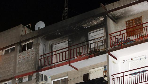 Vista de la fachada del edificio de la calle del Mig número 3, de El Vendrell, donde han muerto cuatro niños