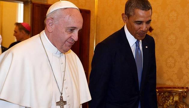 El Papa Francisco y Barack Obama se han saludado por primera vez  poco antes de las 10.30 horas de este jueves en el Palacio Apostólico  del Vaticano, donde mantienen un encuentro privado que ha durado una  media hora.