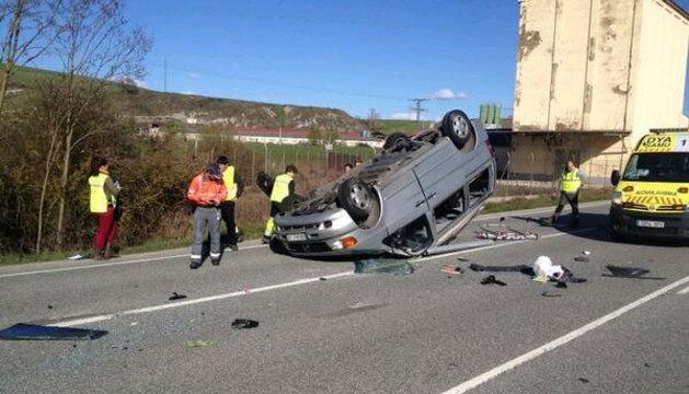 El vehículo ha quedado volcado en la carretera.