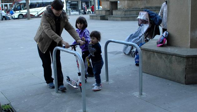 Primeros usuarios del aparcabicis instalado en la Plaza de Navarra