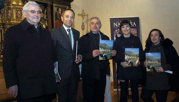 De izda. a dcha., Ricardo Noáin (párroco de San Esteban de Zabaldika), Juan Luis Sánchez de Muniáin (consejero), José Luis Larrainzar (alcalde del Ayuntamiento del valle de Esteribar), Sara Sánchez y Blanca López
