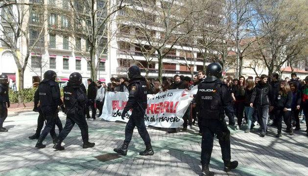 Policía y manifestantes, en el Paseo de Sarasate.