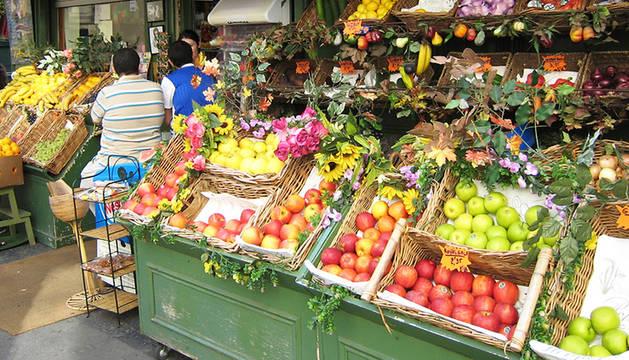 Imagen de una frutería en Francia, con sus productos expuestos en la calle