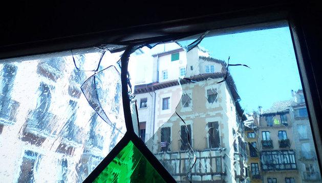 Vidriera rota en el ayuntamiento de Pamplona tras el lanzamiento de objetos.