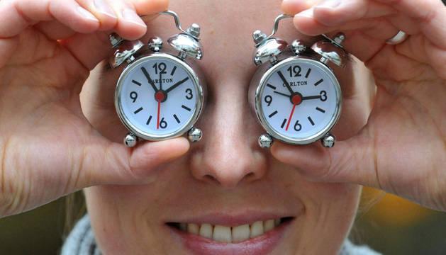 Una mujer con dos relojes