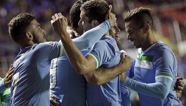 Los jugadores del Real Betis felicitan a Jorge Molina tras marcar el segundo gol.