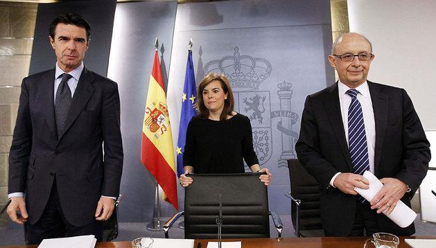 El ministro de Hacienda, Cristóbal Montoro (d), la vicepresidenta del Gobierno, Soraya Sáenz de Santamaría y el ministro de Industria, José Manuel Soria