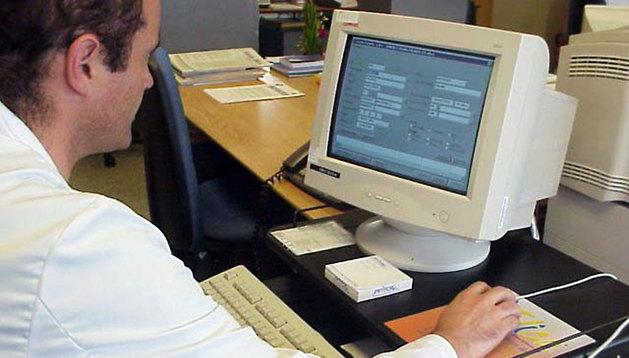 Un sanitario trabaja con un ordenador