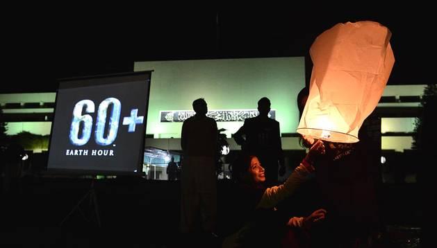 Multitud de personas celebraron este sábado 29 de marzo de 2014, entre las 20.30 y las 21.30, la 'Hora del Planeta', una iniciativa contra el cambio climático.