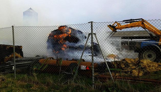 El fuego alcanzó la paja almacenada en la granja
