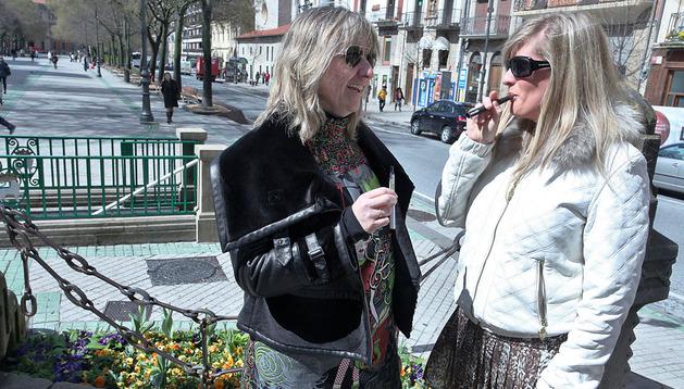 Cristina Torres Villanueva y Naiara Lizarraga San Segundo vapean en el Paseo Sarasate