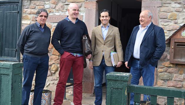 Pablo Zalba (2º por la dcha.) junto a representantes de la Asociación de Comerciantes de las Ventas de Dantxarinea