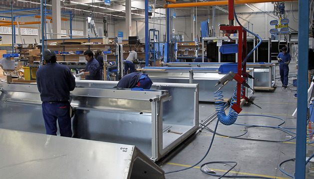 Varios operarios de Exkal durante el proceso de fabricación de los muebles frigoríficos que luego se destinarán a grandes superficies